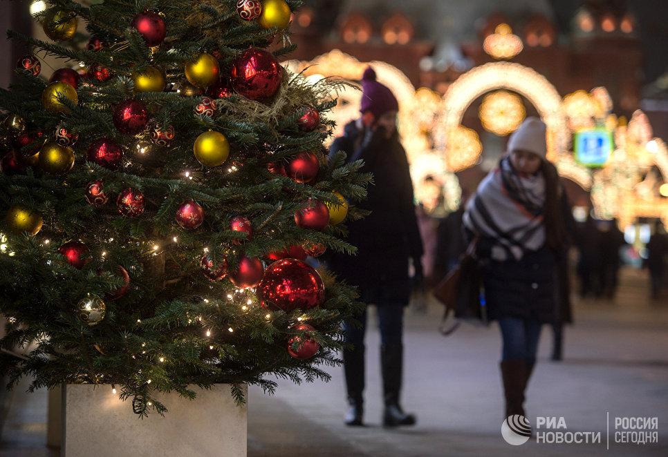 Новогодняя иллюминация на Тверской улице в Москве