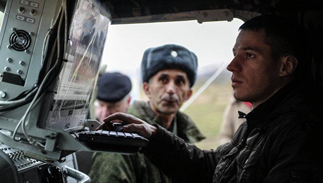 Военнослужащий за пультом комплекса радиоподавления, архивное фото