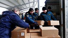 Сотрудники МЧС ДНР разгружают автомобиль 59-го конвоя МЧС России с гуманитарной помощью для жителей Донбасса в Донецке. Архивное фото