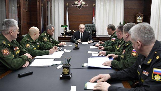 Президент России Владимир Путин во время совещания с командующими войсками военных округов РФ в министерстве обороны РФ в Москве