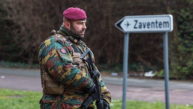 Военнослужащий обеспечивает безопасность в аэропорту Завентем в Брюсселе, где 22 марта произошел взрыв