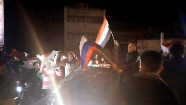 Жители Алеппо с флагами Сирии и РФ пели и танцевали после освобождения Алеппо