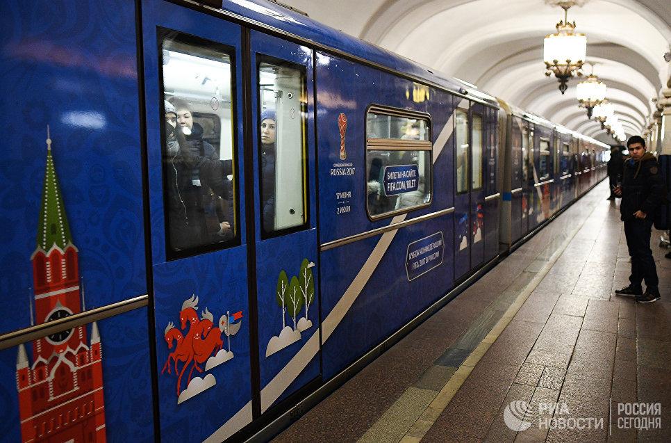 Новый состав поезда, посвящённого Кубку конфедераций FIFA 2017 на одной из станций Московского метрополитена