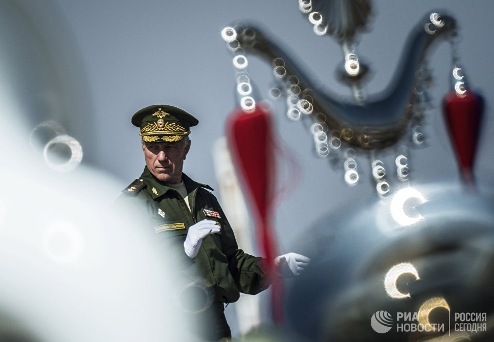 Главный военный дирижер РФ Валерий Халилов во время репетиции выступления на военном параде 9 мая 2015 года