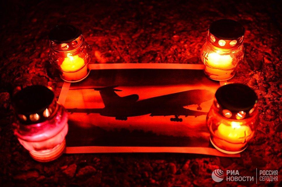 Свечи на акции памяти в Сочи, где самолет Минобороны РФ Ту-154 потерпел крушение у побережья Черного моря