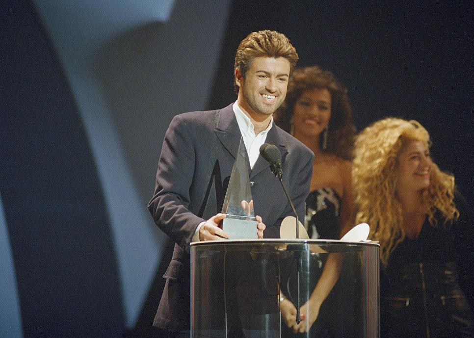 Британский певец Джордж Майкл получает премию American Music Awards в Лос-Анджелесе. 1989 год