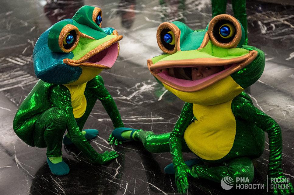 Артисты во время новогоднего представления в Государственном Кремлевском дворце в Москве