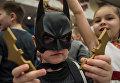 Мальчик в костюме Бэтмэна во время новогоднего представления в Государственном Кремлевском дворце в Москве