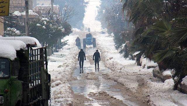 Сирийцы гуляют по заснеженной провинции Мааррет-эн-Нууман