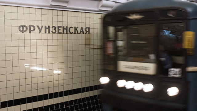 Поезд на станции метро Фрунзенская Сокольнической линии Московского метрополитена. Архивное фото