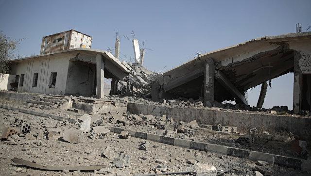 Разрушенное после саудовского авиаудара здание в Йемене. Архивное фото