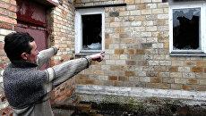 Местный житель показывает разрушения своего дома в поселке Зайцево под Горловкой. Архивное фото