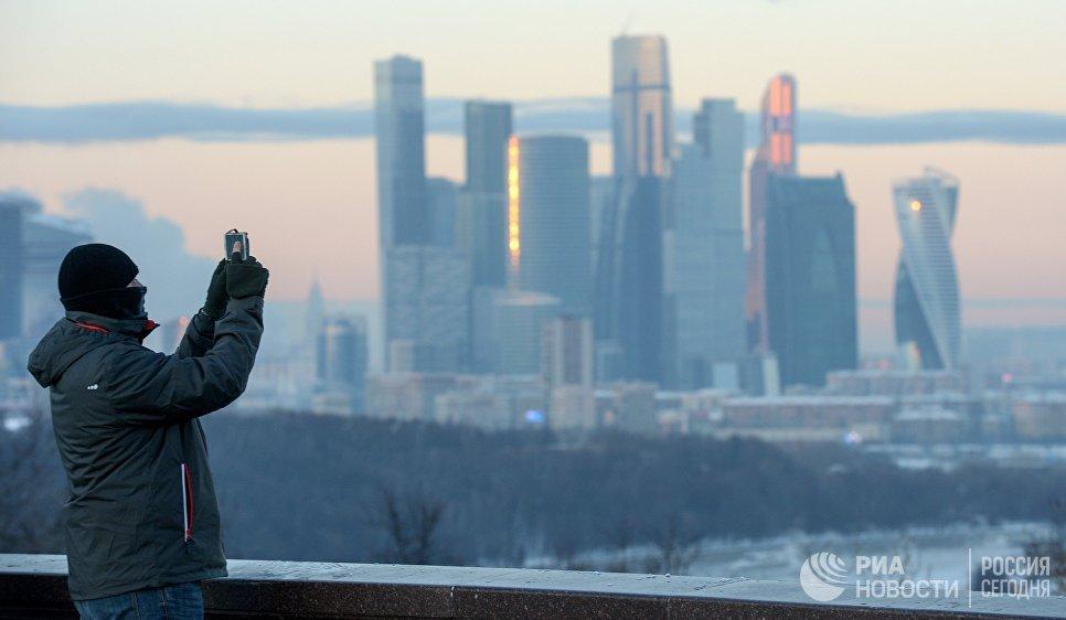 Мужчина на смотровой площадке в морозный день
