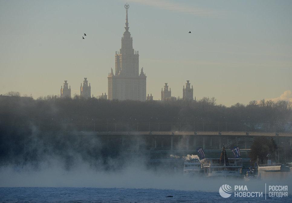 Вид на главное здание МГУ на Воробьевых горах с Пушкинской набережной