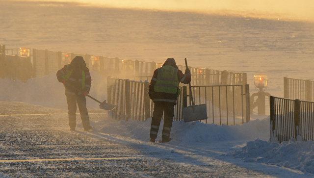 Работники городских служб убирают снег и наледь на Пушкинской набережной в Москве. Архивное фото