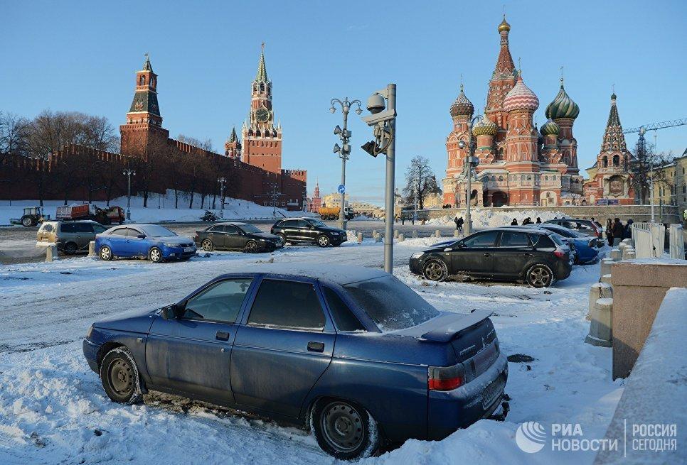 Парковка на площади Васильевский спуск в Москве