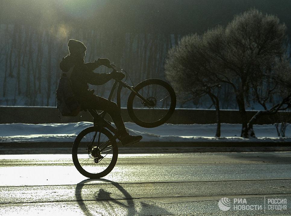 Участник Второго зимнего Московского Велопарада на Фрунзенской набережной