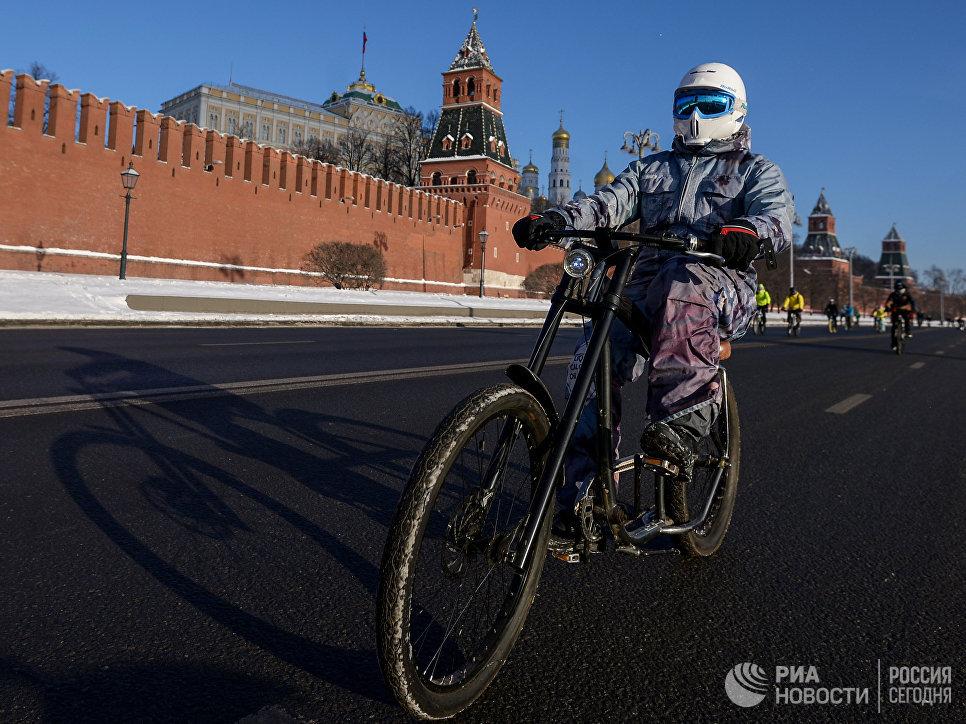 Участник Второго зимнего Московского Велопарада возле Красной площади