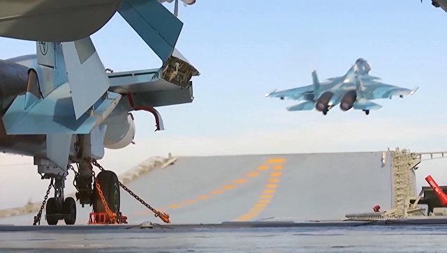 Корабельный истребитель Су-33 ВКС РФ во время взлета с палубы тяжёлого авианесущего крейсера Адмирал Кузнецов. Архивное фото