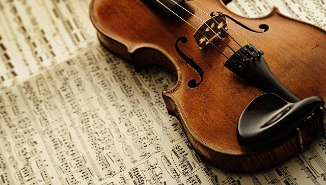 Ноты и скрипка. Архивное фото