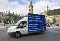 Грузовик c агитацией за выход Великобритании из Европейского Союза у здания британского парламента в Лондоне. Июнь 2016 года