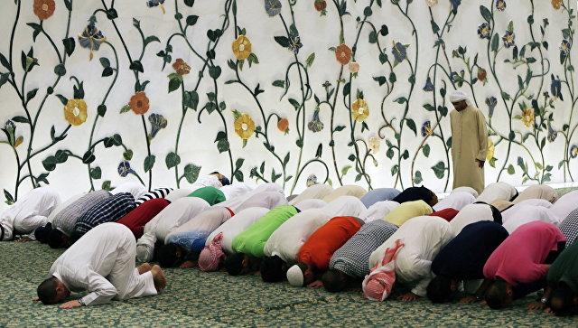 Во время молитвы в мечети шейха Зайда в Абу-Даби, ОАЭ. Архивное фото