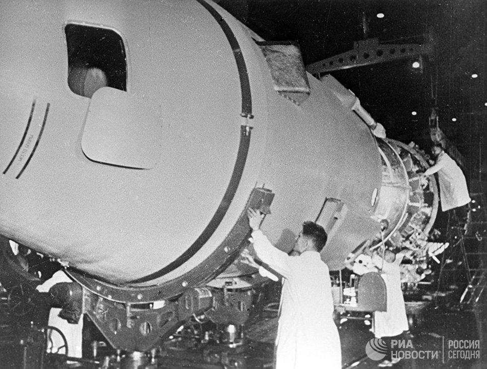 Подготовка к полету космического корабля Восход-2