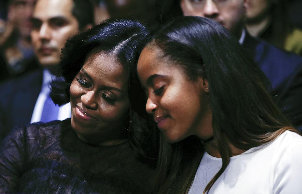 Первая леди США Мишель Обама и дочь Малия во время прощальной речи Барака Обамы в Чикаго. 10 января 2017