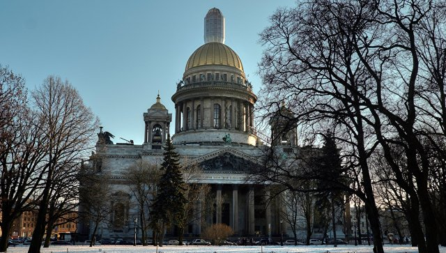 Вид на Исаакиевский собор с Сенатской площади в Санкт-Петербурге