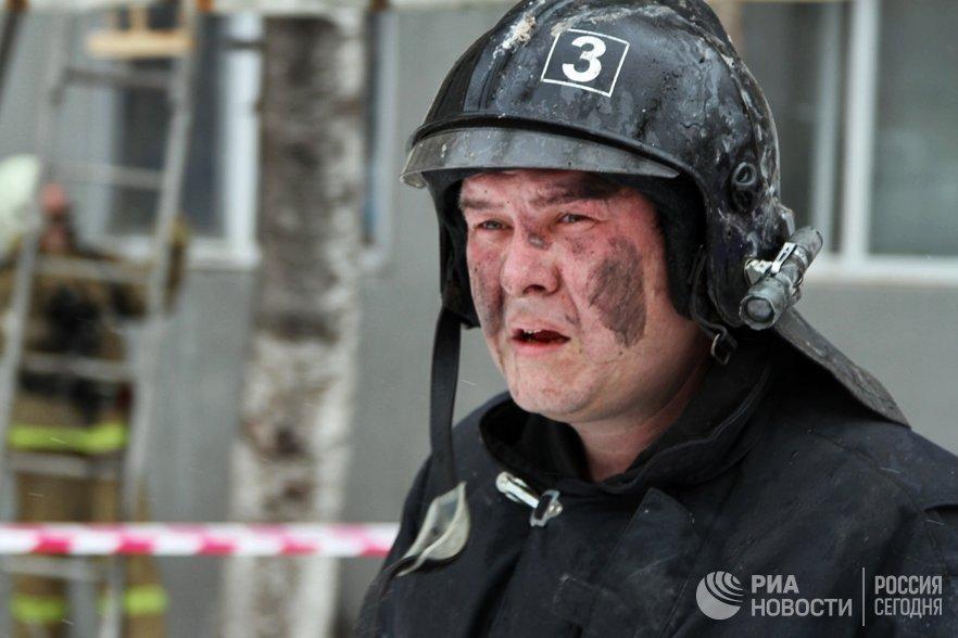 Сотрудник МЧС РФ у многоэтажного дома в Ленинском районе Саратова