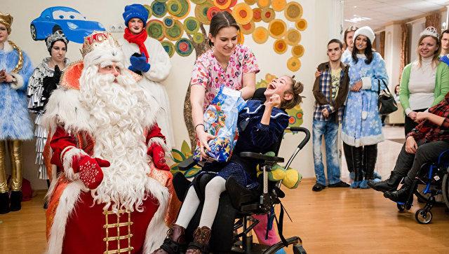 Дед Мороз и Снегурочка поздравили подопечных выездной службы Санкт-Петербургского детского хосписа