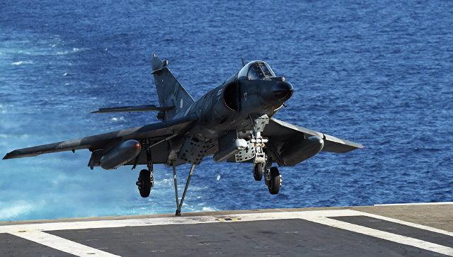 Франзуский штурмовик Супер-Этендард садится на палубу авианосца Шарль де Голль