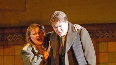 Лариса Гоголевская (Электра) и Эдуард Цанга (Орест) во время премьеры оперы Рихарда Штрауса Электра в постановке британского режиссера Джонатана Кента на сцене Мариинского театра. Архивное фото