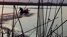Поиски детей, провалившихся под лед на реке. Архивное фото