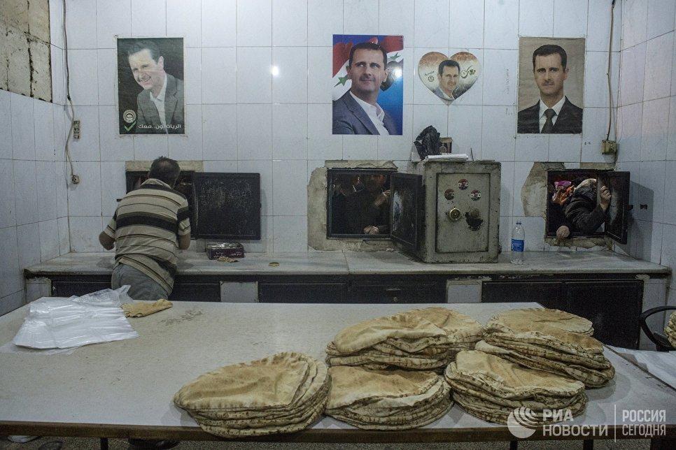 Приготовление хлеба в пекарне Дамаска. Сирия, 02.12.2015