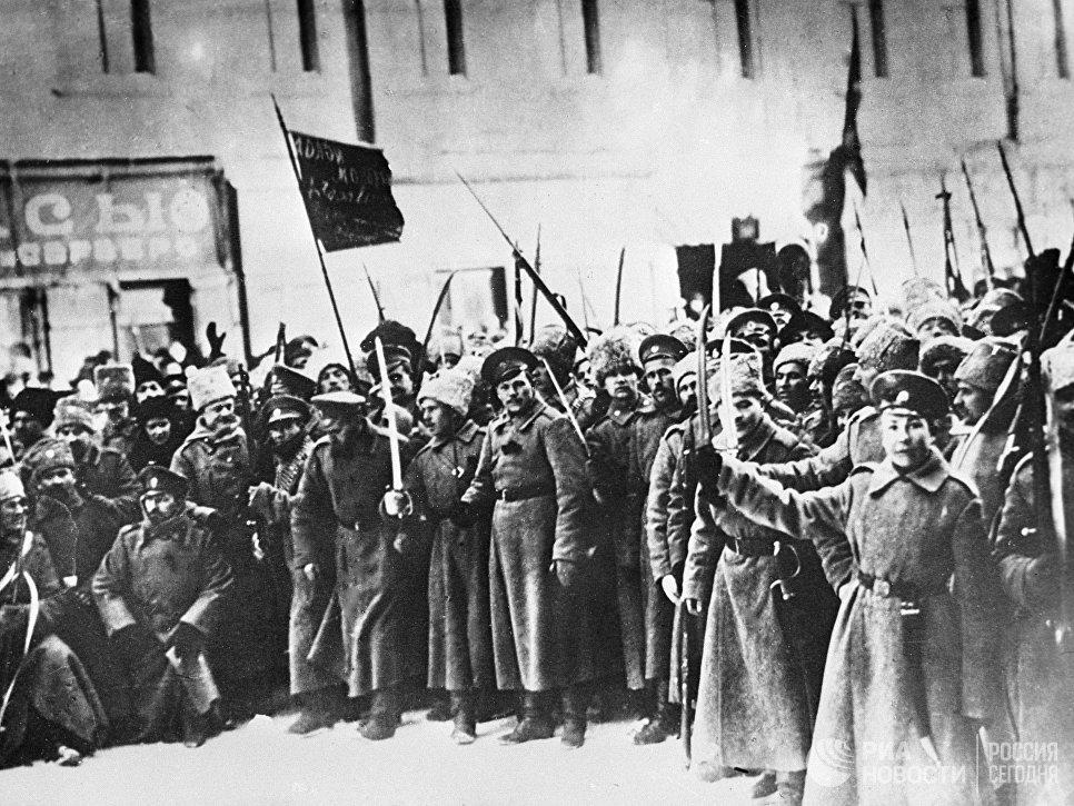 Участники Февральской буржуазно-демократической революции на улицах Петрограда. 1917 год