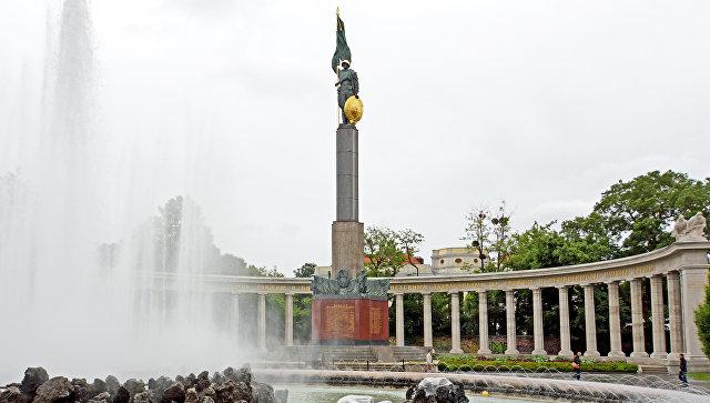 ВВене залили краской памятник советским солдатам