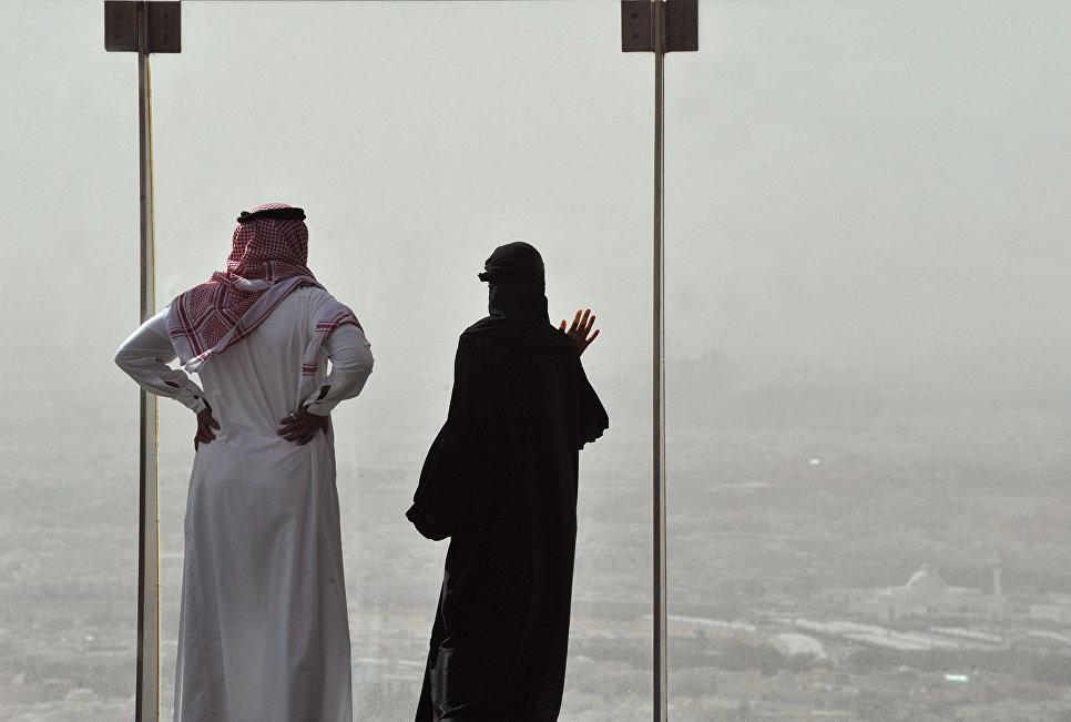 Жители Саудовской Аравии смотрят на пыльную буря в Эр-Рияд