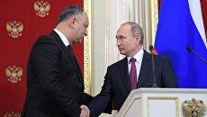 Президент РФ Владимир Путин и президент Молдовы Игорь Додон. архивное фото