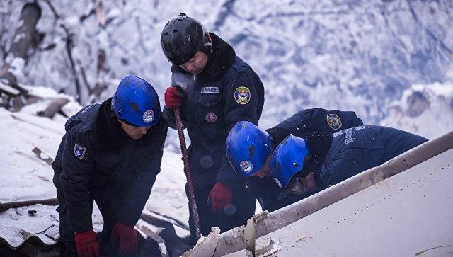 Поисковые работы на месте крушения грузового самолета Boeing 747 в Киргизии