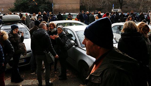 Эвакуированные из здания люди после землетрясения в Риме, Италия