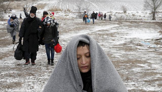 Мигранты пересекают границу Сербии и Македонии