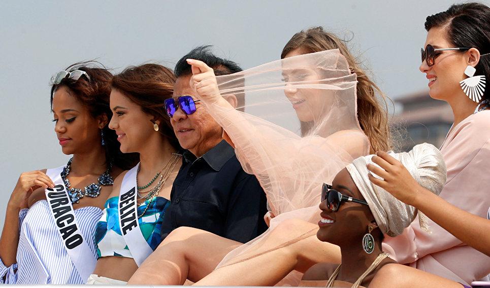 Филиппинский политик Луис Сингсон и участницы конкурса Мисс Вселенная на борту яхты Счастливая жизнь во время путешествия на пляжный курорт в Маниле, Филиппины