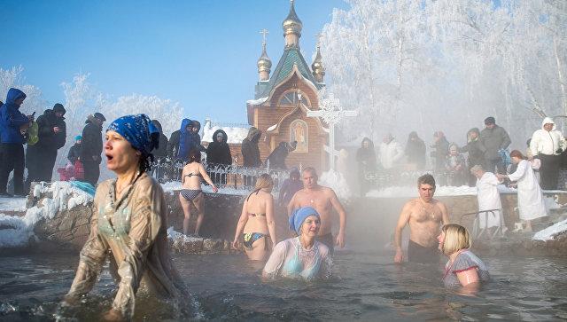 Девять тысяч спасателей обеспечат безопасность купаний на Крещение в России