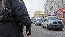 Сотрудники правоохранительных органов работают на месте ограбления инкассаторов в Москве. Архивное фото