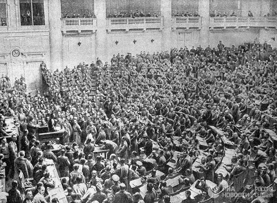 Заседание Петроградского Совета рабочих и солдатских депутатов в Таврическом дворце во время февральской буржуазно-демократической революции. 1917 год