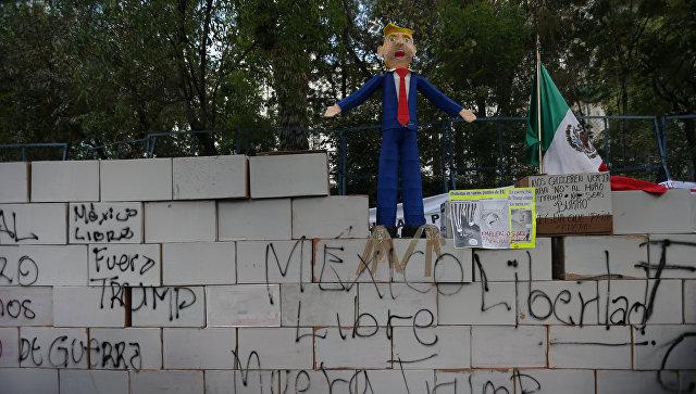 ВМексике манифестанты построили прототип стены упосольства США