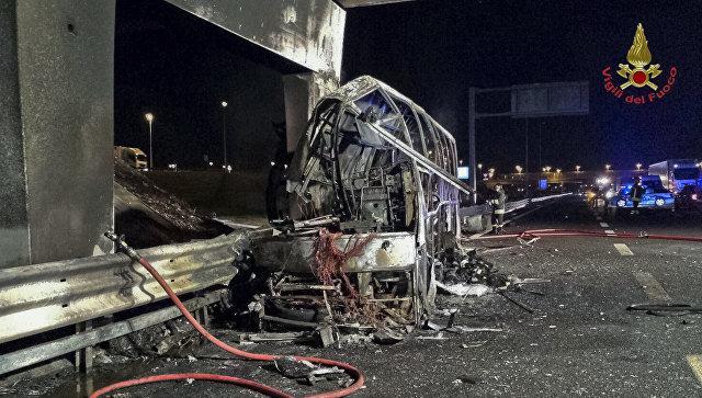 ВИталии врезался встолб исгорел автобус сдетьми, 16 погибших