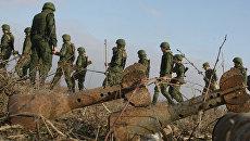 Саперы инженерных войск ЮВО во время разминирования местности в Чечне. Архивное фото