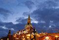 Спасская башня Московского Кремля и ГУМ-Ярмарка на Красной площади